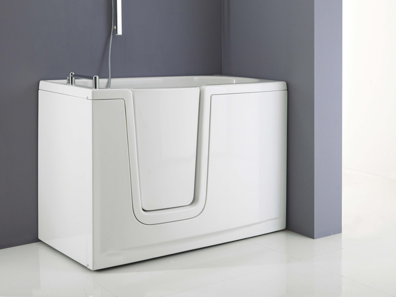 Solution with walk-in bathtub with inwards opening door model 656