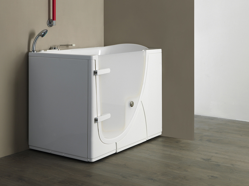 Solution with walk-in bathtub with inwards opening door model 651